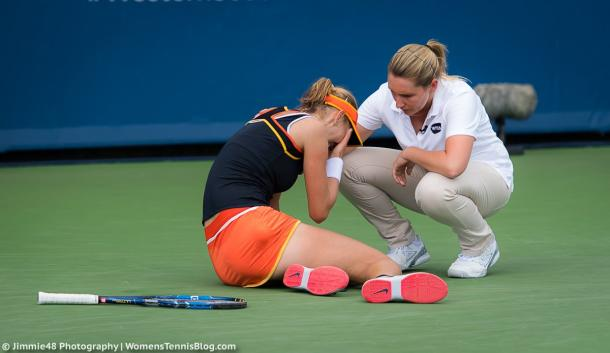 The umpire goes down from her chair to check on Makarova, who fell onto the ground in tears at 6-6 | Photo: Jimmie48 Tennis Photography
