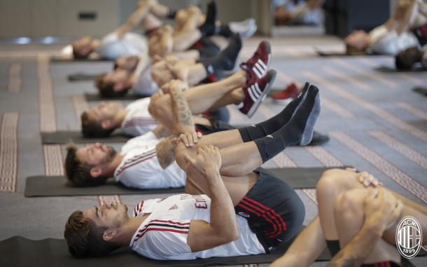 Sessione di stretching. | Fonte: twitter.com/acmilan