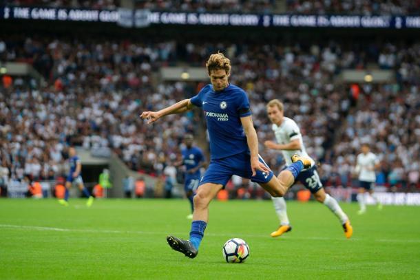 Marcos Alonso remtando en su segundo tanto | Imagen: Chelsea FC