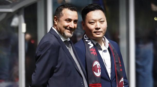 Mirabelli assieme ad Han Li, che sarà presente allo stadio per la prima casalinga del Milan. | Fonte: twitter.com/acmilan