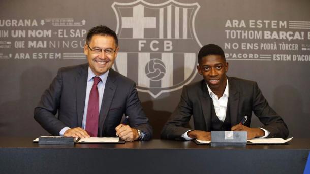 Dembélé poso ao lado do presidente Bartomeu | Foto: Divulgação/FC Barcelona