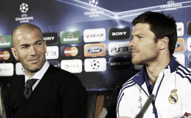 Xabi Alonso quando ainda atuava pelo Real Madrid com Zinedine Zidane, atual treinador | Foto: DIvulgação/Uefa