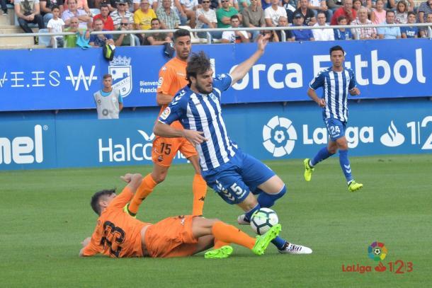 Tito, del Reus, disputando un balón con Eugeni, del Lorca | Foto: LaLiga 1|2|3