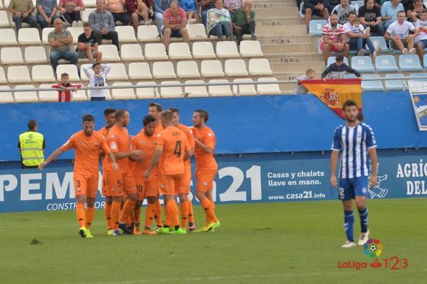 Los jugadores del Reus celebrando el gol con su autor, Gus Ledes | Foto: LaLiga 1|2|3