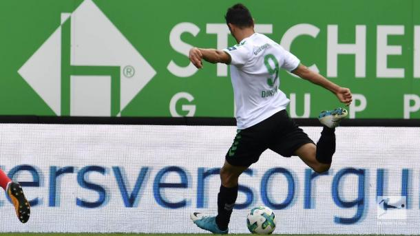 Serdar Dursun strikes the ball. | Photo: Bundesliga.