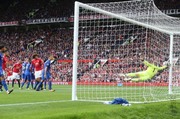 Mata acertou falta na trave antes da goleada ser sacramentada (Foto: Divulgação/Manchester United)