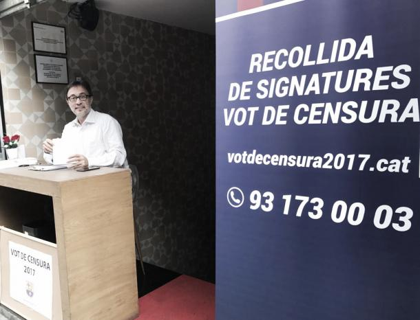 Benedito recolhendo assinaturas | Foto: Twitter/Agustí Benedito