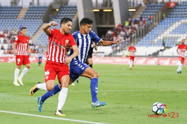 Jugadores de la UD Almería y el Lorca FC disputando un balón | Foto: LaLiga 1|2|3