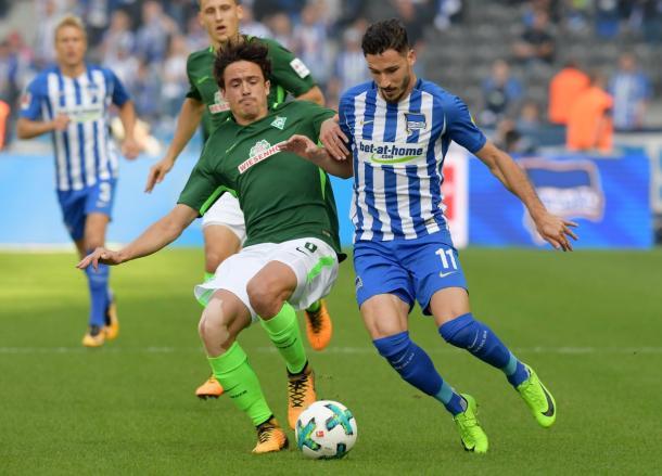 Leckie dsputa bola com defensor/ Foto: Hertha BSC/ Divulgação