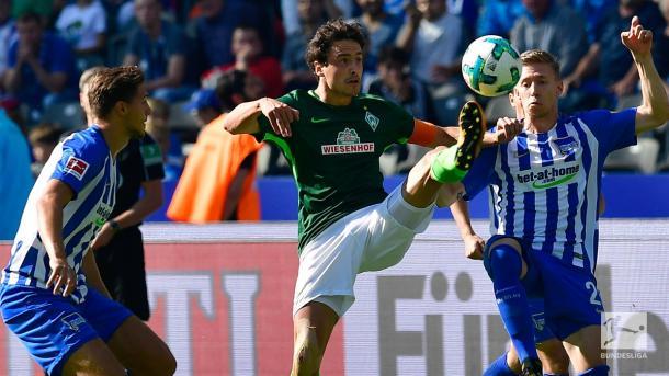 Delaney domina a bola/ Foto: Bundesliga/ Divulgação