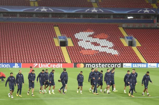 Il Siviglia prova il terreno di Anfield. | Fonte: twitter.com/SevillaFC_ENG