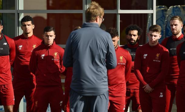 Jogadores ouvindo Klopp (Foto: Divulgação/Liverpool)