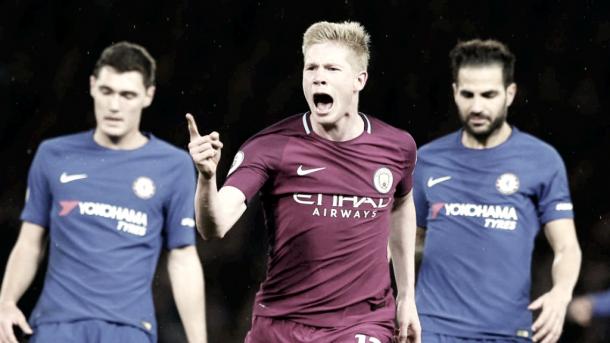 Kevin de Bruyne marcando el gol de la victoria frente al Chelsea. Foto: Premier League