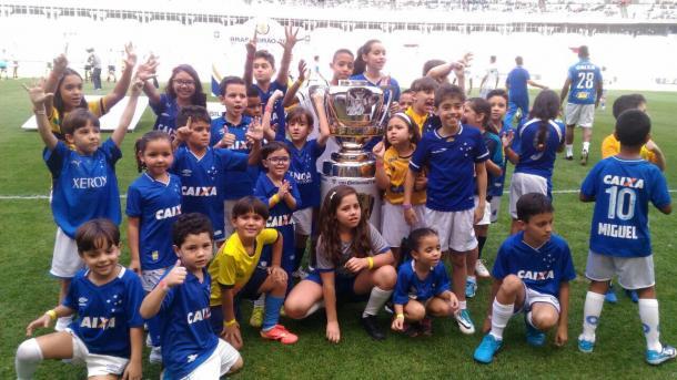Torcedores do Cruzeiro com a taça da Copa do Brasil. Foto: (Reprodução/Twitter Cruzeiro)
