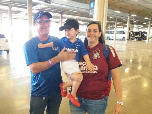 Família presente no Mineirão, pai e filho cruzeirenses e mãe corintiana. Foto: (Reprodução/Twitter Corinthians)