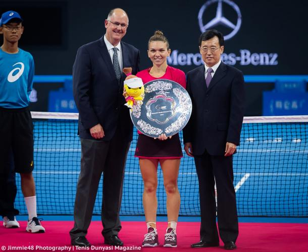 Simona Halep with her runner-up trophy in Beijing, posing along with WTA CEO Steve Simon | Photo: Jimmie48 Tennis Photography