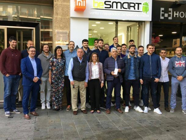 Jugadores y directiva del Ciudad de Logroño acompañan a Garabaya en la inauguración. Foto: beSmart Logroño.