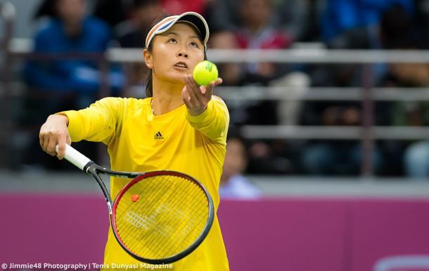 Peng Shuai serves at the Tianjin Open | Photo: Jimmie48 Tennis Photography