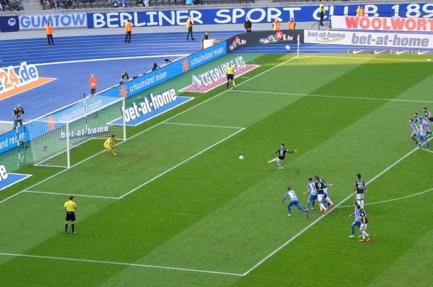Meia do Schalke cobra o pênalti (Foto: FC Schalke 04/ Divulgação)