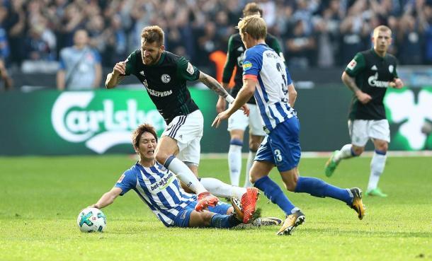 Haraguchi comete falta em Burgstaller (Foto: FC Schalke 04/ Divulgação)