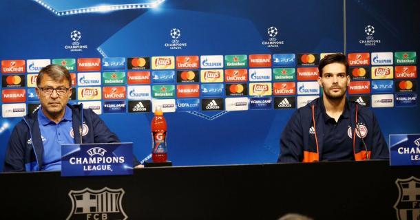 Lemonis e Botìa in conferenza stampa al Camp Nou.   Fonte: twitter - @olympiacos_org