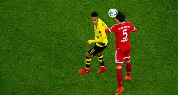 Aubameyang in uno scontro di gioco con l'ex compagno di squadra Mats Hummels. Foto: Twitter Borussia Dortmund