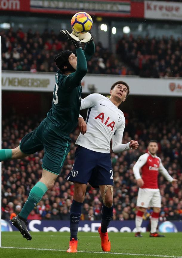Cech sovrasta uno spento Alli | Twitter Arsenal