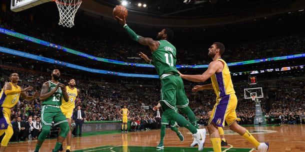 Kyrie Irving deu trabalho a defesa dos Lakers (Foto: Divulgação/NBA)