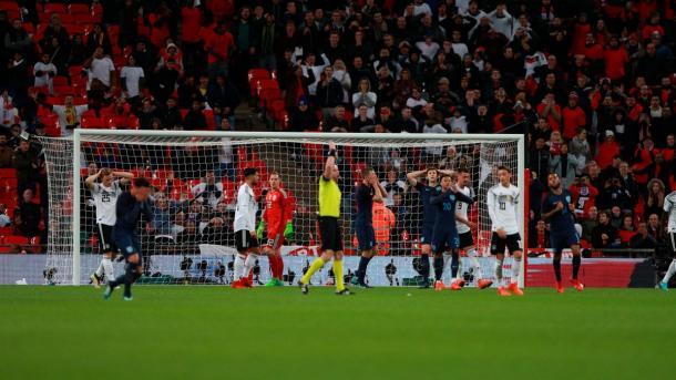 Jugadores ingleses lamentando una ocasión ante Alemania | Imagen: @England