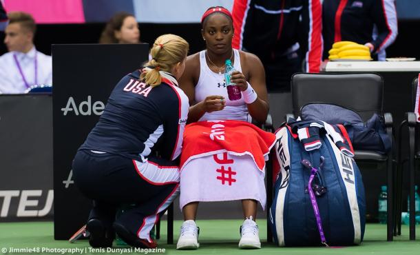 Sloane Stephens receives coaching help from team captain Kathy Rinaldi during a changeover | Photo: Jimmie48 Tennis Photography