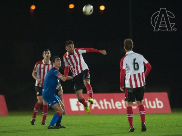 Los futbolistas luchan por el cuero (fuente Athletic Club)