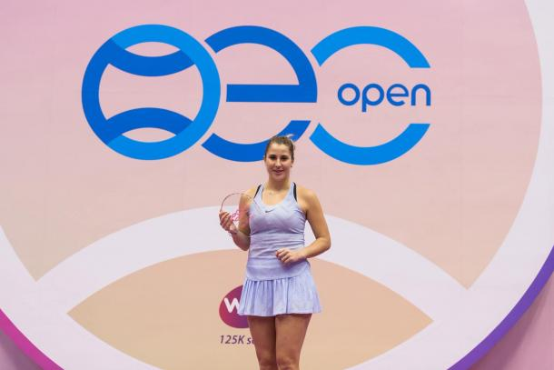 Belinda Bencic posing along with her title in Taipei | Photo: OEC Taipei WTA Challenger