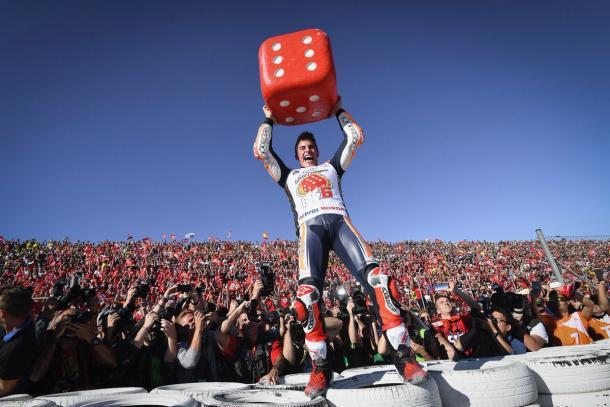 Márquez celebra el título con su gente / Foto: Box Repsol