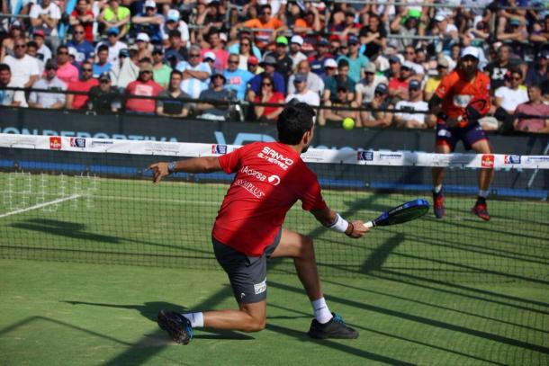 Sanyo Gutiérrez golpeando una volea durante la final | Foto: @WorldPadelTour
