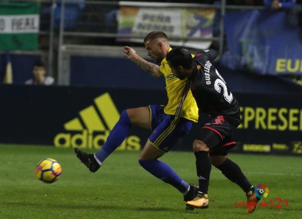 Gus Ledes luchando con un futbolista del Cádiz | Foto: LaLiga 1|2|3