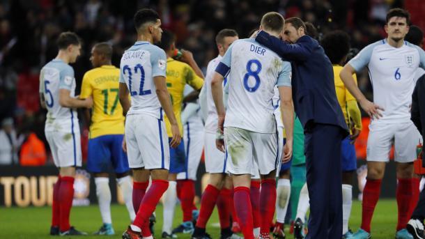 Southagate junto con los jugadores tras jugar contra Brasil (twitter selección de fútbol inglesa)