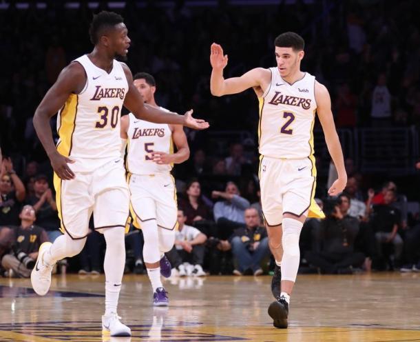 Randle e Lonzo Ball se destacaram no primeiro tempo (Foto: Divulgação/NBA)