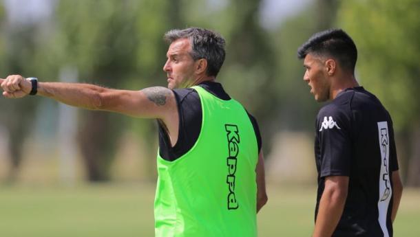 Lavallén dando indicaciones durante la práctica | Foto: Belgrano Oficial.