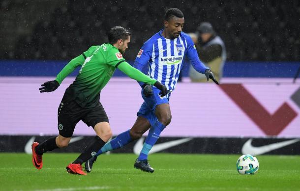 Kalou conduz a bola (Foto: Hertha BSC/ Divulgação)