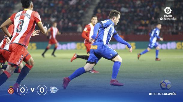 Ibai empieza un contragolpe, tras la mirada de Mojica. Fuente: deportivoalaves.com
