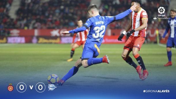 El debutante Martín, disputando un balón a Mojica. Fuente: deportivoalaves.com