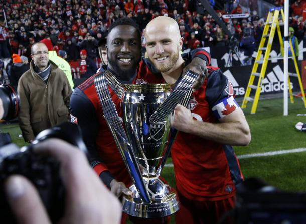 Jozy Altidore and Michael Bradley pose with the MLS Cup trophy | Source: torontofc.ca