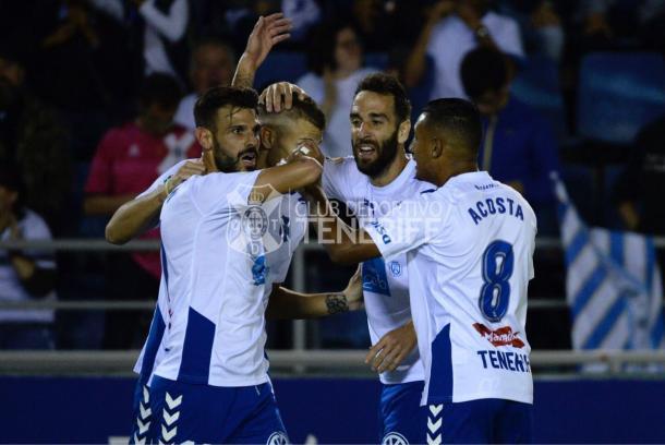 Longo, celebrando su segundo gol con Acosta y sus compañeros | Foto: CD Tenerife