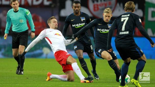 Lustenberger e Ilsanker disputam a bola (Foto: Bundesliga/ Divulgação)