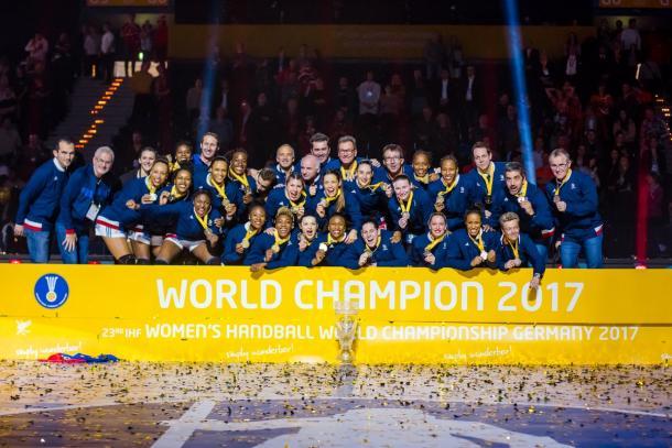 La selección francesa femenina celebra el título.