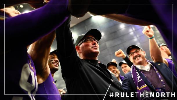 Mike Zimmer celebra con el propietario y los jugadores la división. Fuente: Minnesota Vikings