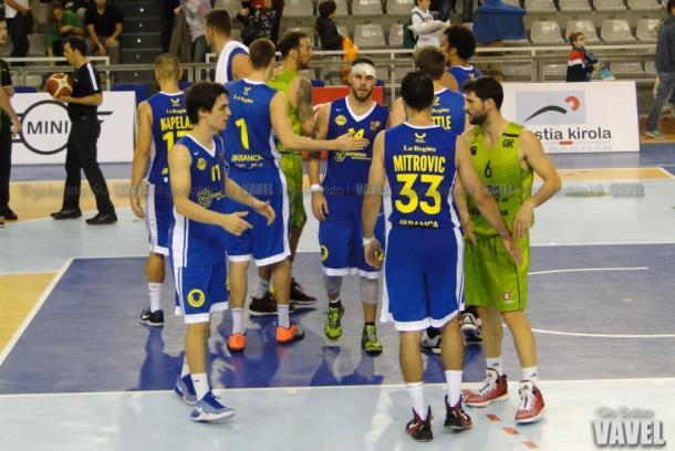Los jugadores saludándose tras el partido. I Foto: Giovanni Batista / VAVEL