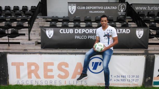 El CD Lealtad presenta con ilusión a Valdo en su nueva etapa en el fútbol español.