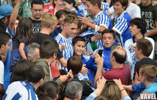 Januzaj con los aficionados. Foto: Giovanni Batista (VAVEL)