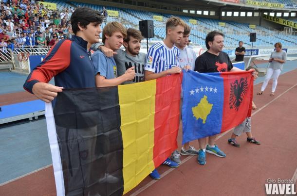 Januzaj junto a unos aficionados con las banderas de Belgica, Albania y Bosnia. Foto: Giovanni Batista (VAVEL)